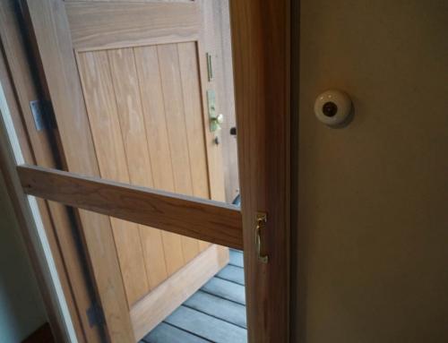 木製ドアに木製網戸