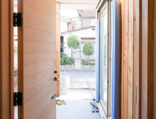 木のドアに、木の外壁